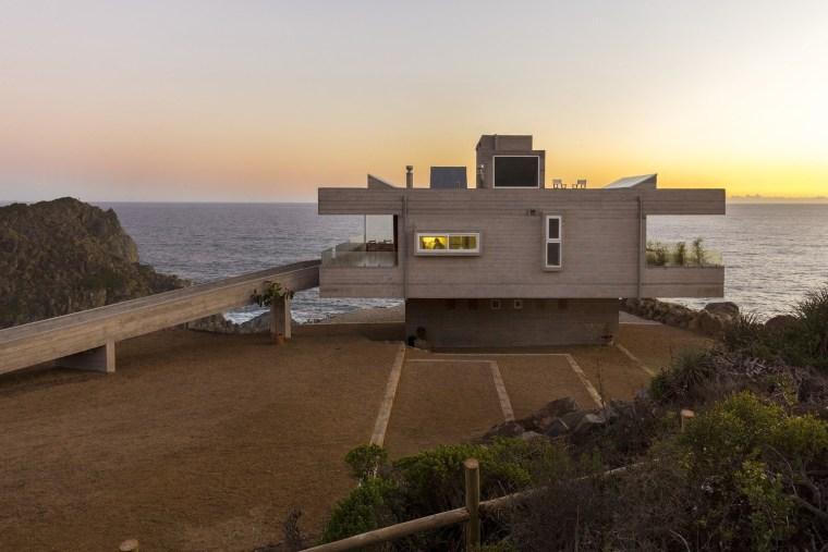 坐在卧室眺望海边无垠的蔚蓝 / 智利悬崖住宅