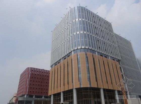[江苏]商务办公楼幕墙工程外挑波纹铝板安装的技术总结