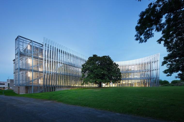 法国那栋与树共生的银色办公楼_6