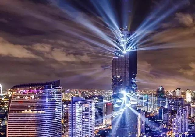 离开张曼玉,挑战地心引力建造央视大楼,现在他又成功冲破曼谷天