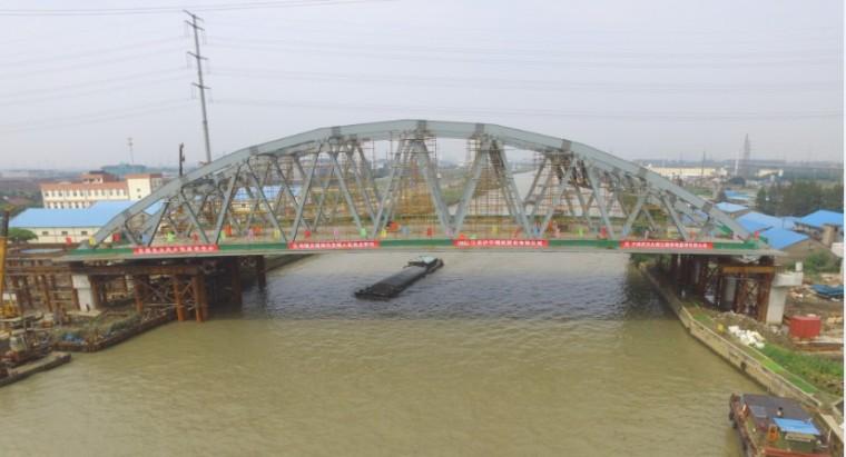 跨航道公路钢桁梁桥浮托顶推滑移施工
