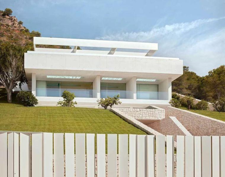 屋顶竟被设计成空中泳池,极简纯粹的别墅美到令人窒息!