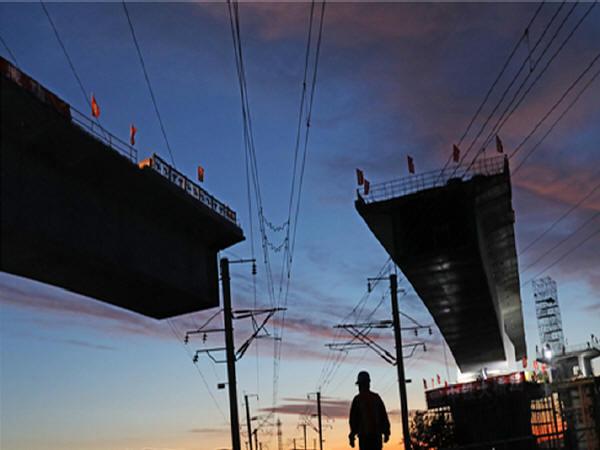京张高铁土木跨大秦铁路特大桥转体对接成功