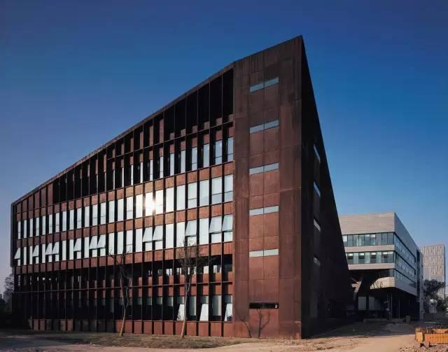 看建筑大师是如何使用锈钢板的?_9