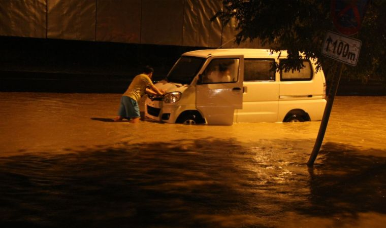 我们的城市为什么经常出现洪涝?我们把一个小机器人放到管网里,