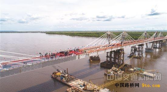中俄合建首座跨境公路桥合龙