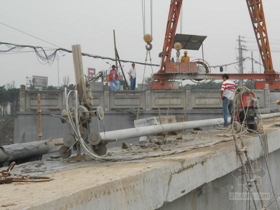 旧桥悬壁板拆除及施工交通组织方案