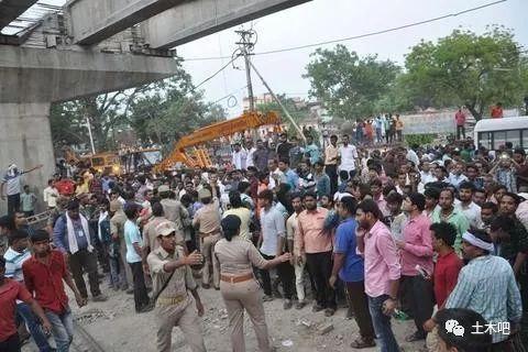 印度在建天桥倒塌!十多人死亡_5