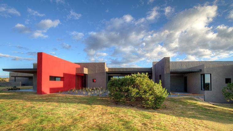 红色片墙指引的住宅