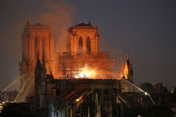 巴黎圣母院遭遇大火,卡西莫多终究也失去了他心爱的钟楼_1