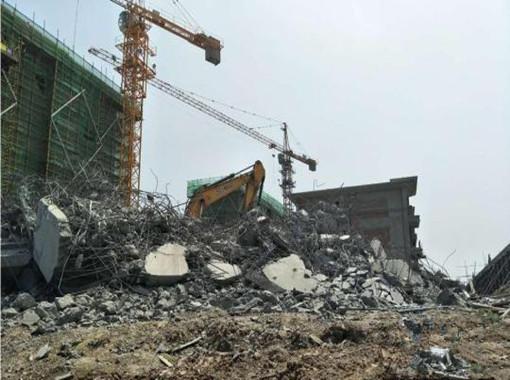 南京一在建地产项目房子倒塌?官方:突破红线被拆_2