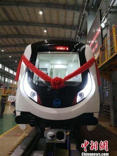 内蒙古首列地铁车在长春下线,系国内最轻铝合金地铁