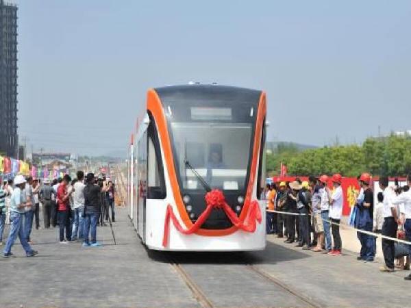 """我国首列超级电容""""低地板技术现代有轨电车""""亮相"""