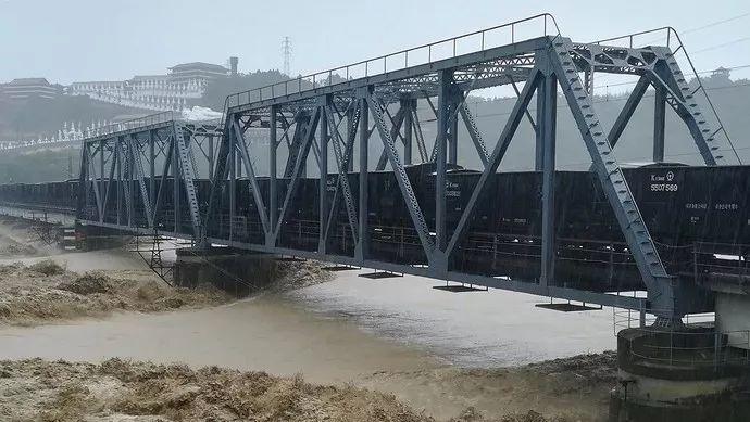 """""""重车压梁""""!两列数千吨火车开上涪江大桥抗洪!"""