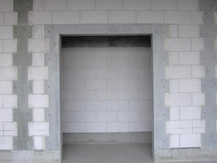 洞口两边设置构造柱