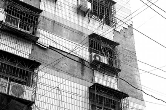 楼房外墙很多瓷砖脱落,安全隐患大
