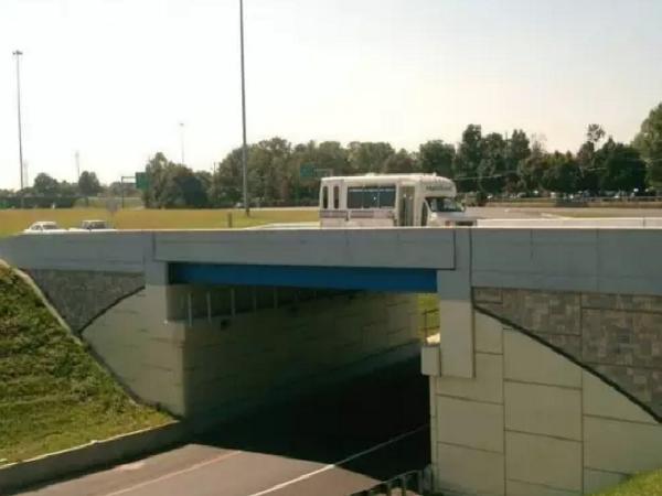 既有桥梁的桥台处 ,无缝化改造