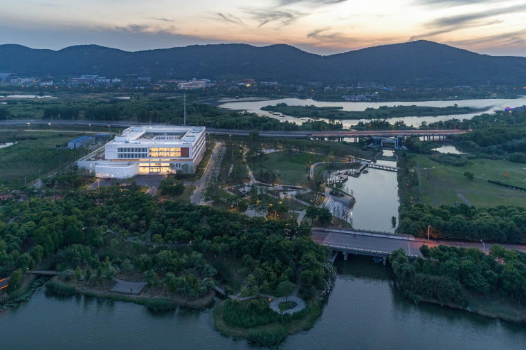 004-on-the-water-side-medical-college-building-of-jiangnan-university-china-by-tjad