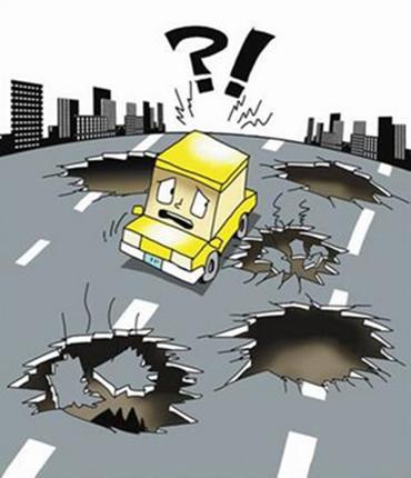 郑州秦岭路一段路面现近百米塌陷,危及下穿人行道!