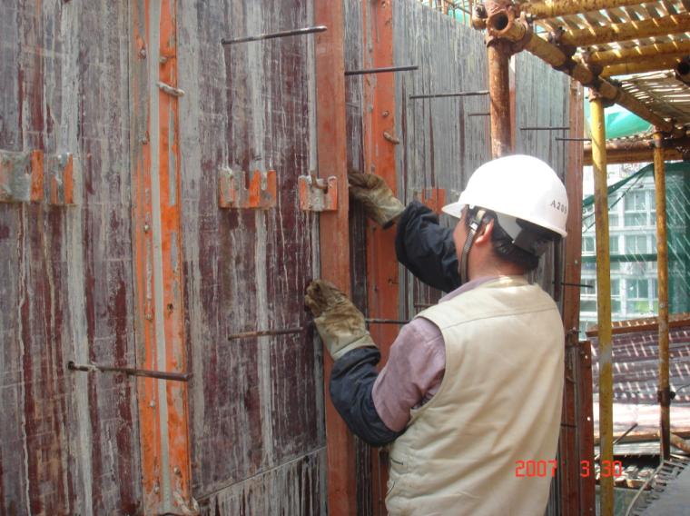 模板覆膜型钢框体系施工工法