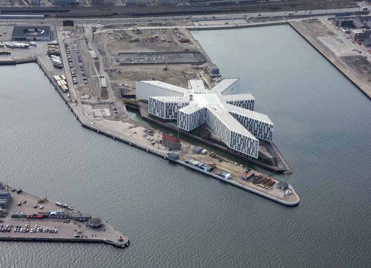 八角星的体量形状宛如伸向世界的敏锐触角/丹麦联合国城办公中心