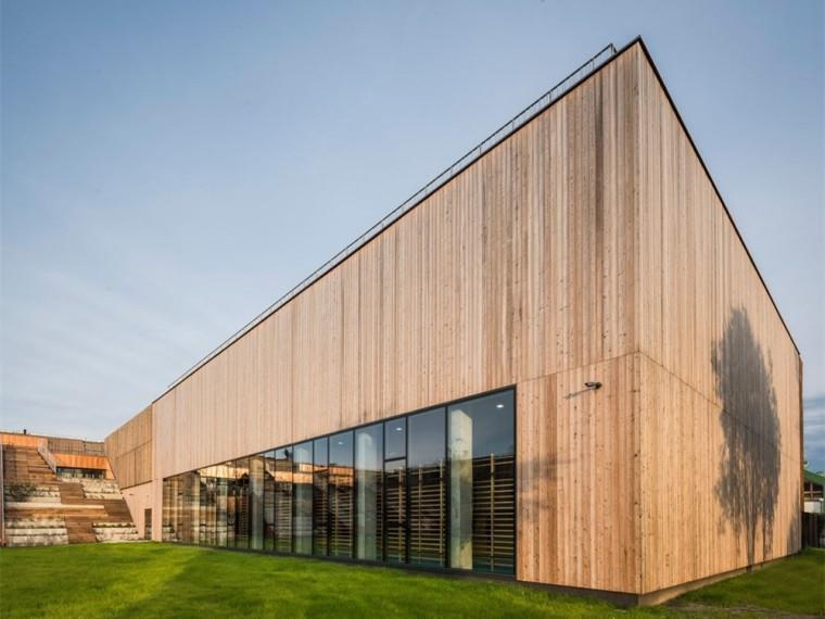 波兰带药草园屋顶的木衣学校