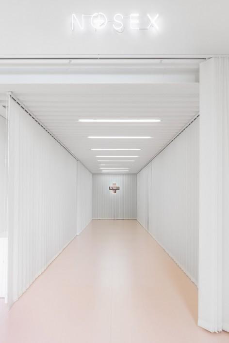 个体性行为关系与内心平衡的粉色空间-02-entrance-no-sex-472x708.jpg