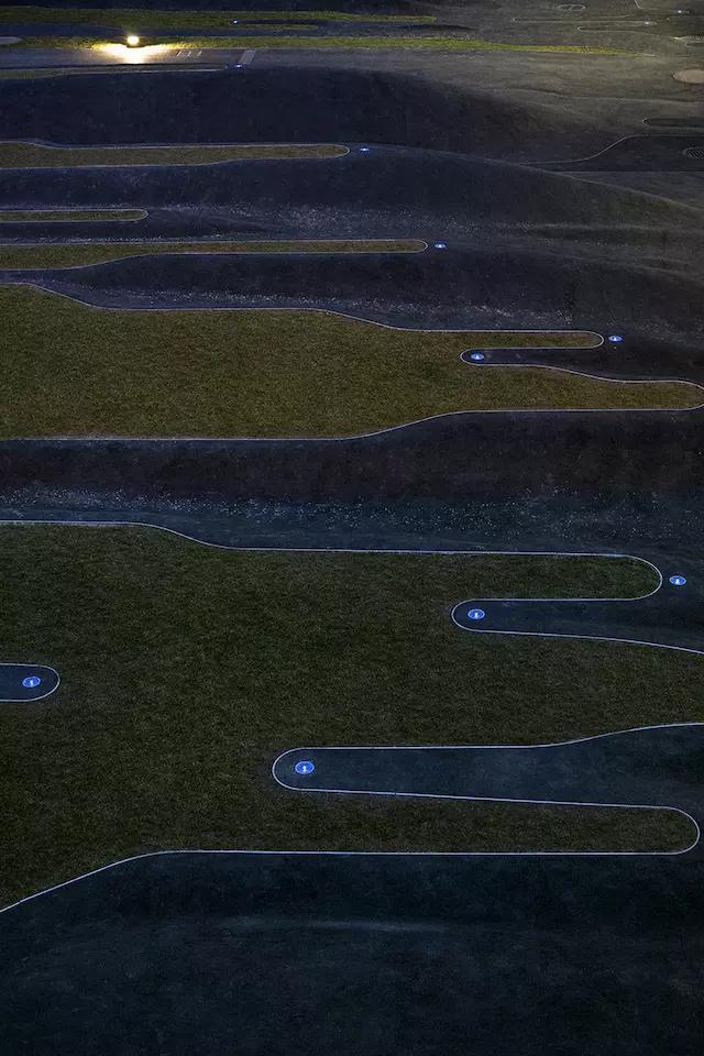 法国建成了一座布满满沟壑的公园_10