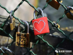 """用一把锁锁住彼此的""""爱情锁桥"""""""