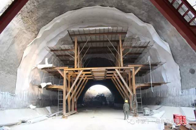 5,隧道水沟电缆槽——水沟电缆槽台车施工 轨行式液压水沟电缆槽台车图片