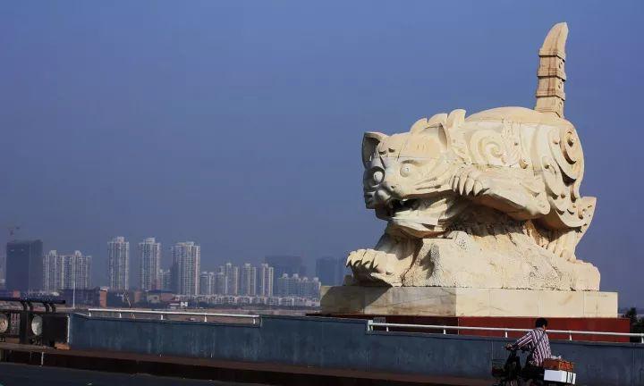 """桥头的雕塑竟然是两只""""大猫""""?原因竟是这样......_5"""