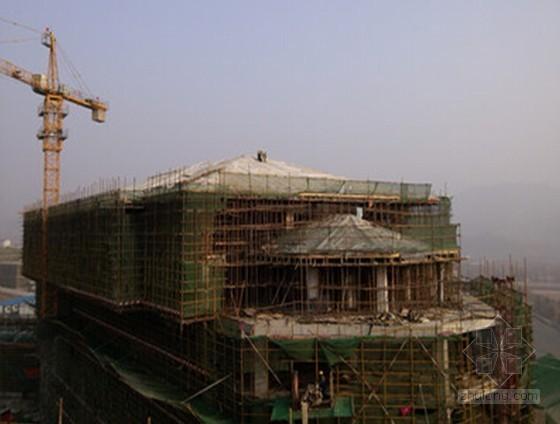 高空大跨度悬挑混凝土屋面斜拉支模施工工法