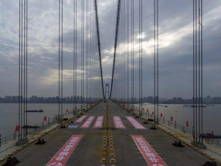 世界最大跨度双层公路悬索桥——武汉杨泗港长江大桥钢梁合龙