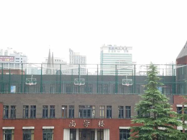上海一中学在屋顶建篮球场,校长称绝对安全
