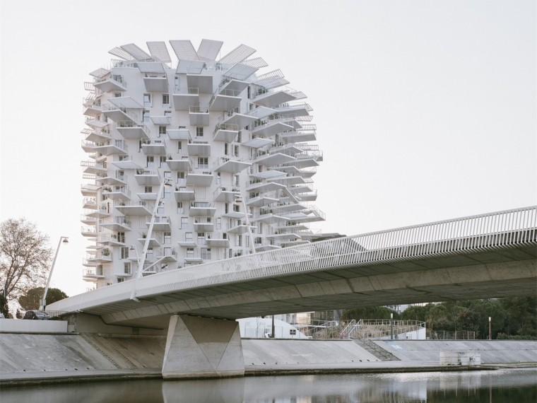 法国白色树塔住宅