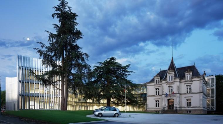 法国那栋与树共生的银色办公楼_2