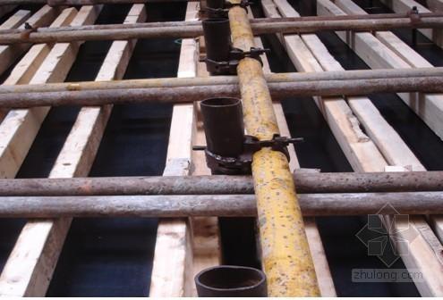 狭窄变形缝内侧模板安装施工工法