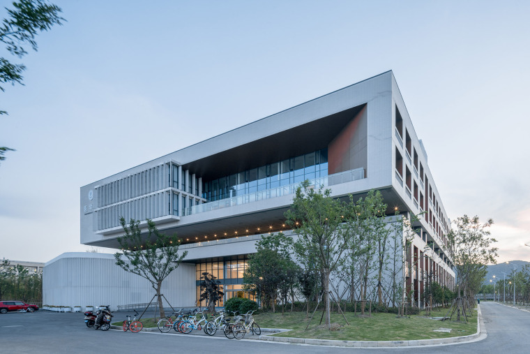 009-on-the-water-side-medical-college-building-of-jiangnan-university-china-by-tjad