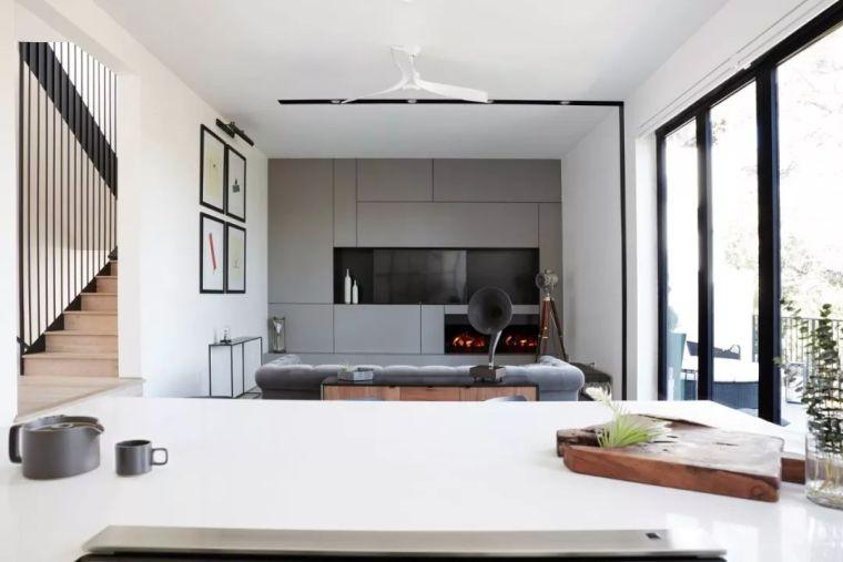 下沉式庭院连接客厅,明亮的色调更适合简约风