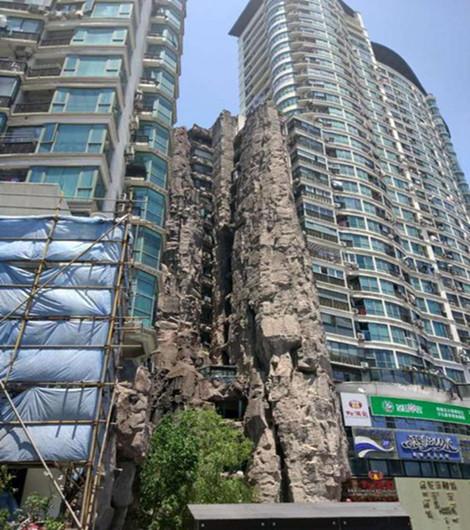 """居民楼被14层楼高""""假山""""包裹,这样山景房你敢住吗?_1"""