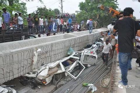 印度在建天桥倒塌!十多人死亡_4
