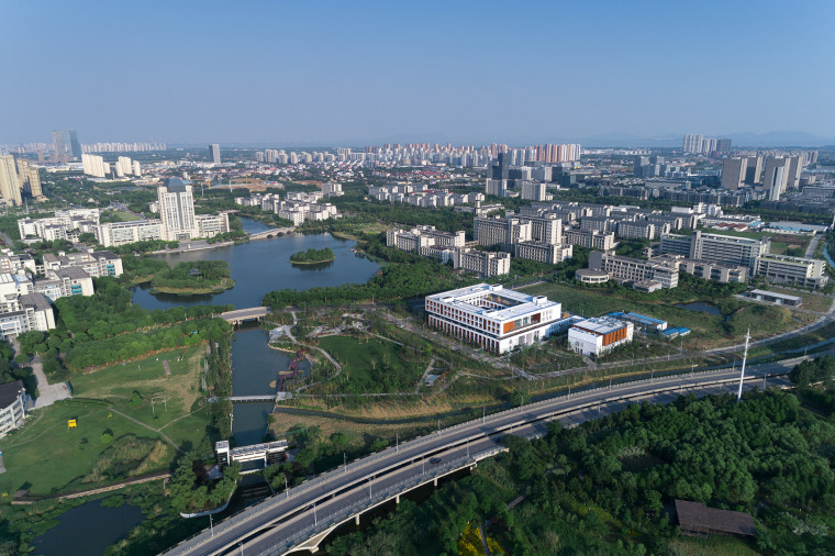 001-on-the-water-side-medical-college-building-of-jiangnan-university-china-by-tjad