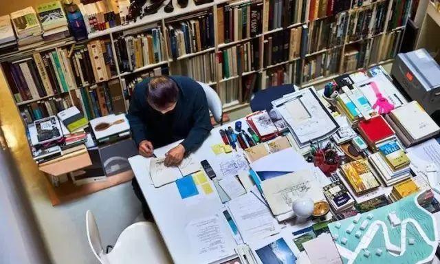 桌子越乱越有建筑大师的潜质?来看看真正的大师办公桌_8