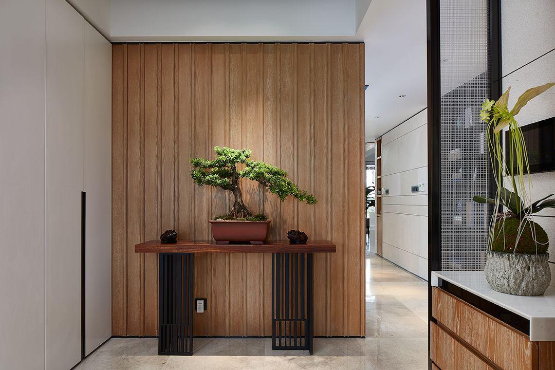 钛金条,墙布,木饰面 查看详情>>    287㎡复式挑高大宅,演绎新中式的图片