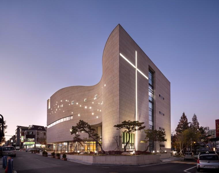 印射圣光的弧线立面 — 韩国圣光教堂