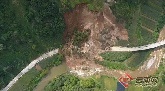 突发|云南香格里拉国道214突发山体滑坡大量土石倾泻而下_3