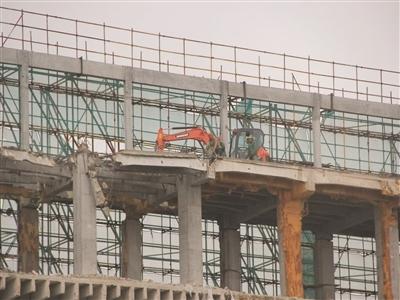 """南京""""最牛挖掘机""""爬上5楼进行施工作业"""