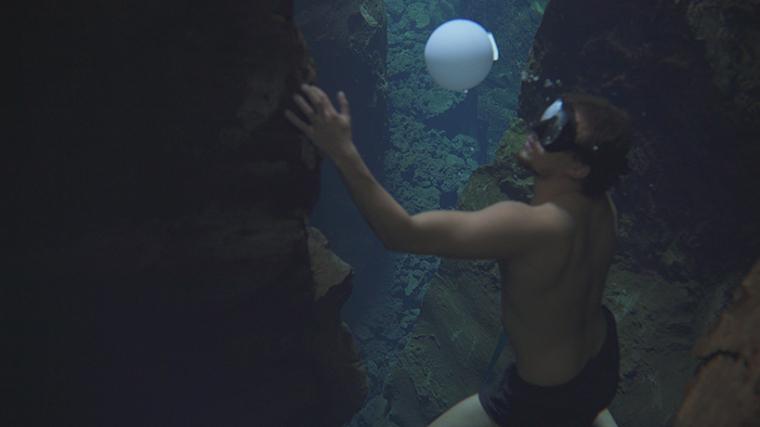 山谷和森林间的光束装置-lucid-film-3hund-desingboom-15