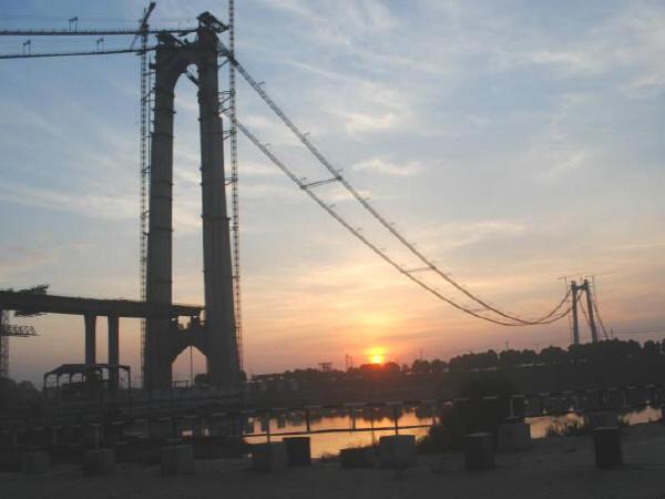 """国内第一大跨径钢桁梁悬索桥""""洞庭湖大桥""""开始主缆架设"""