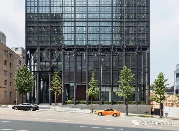 看惯了千篇一律的商业项目,这个建筑的立面十分特别